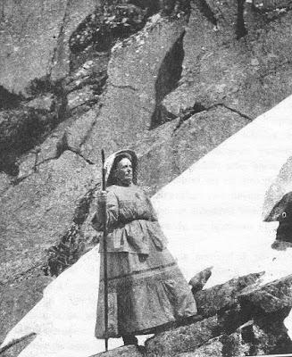 Fotografía de Rosario de Acuña en la Sierra de la Estrella