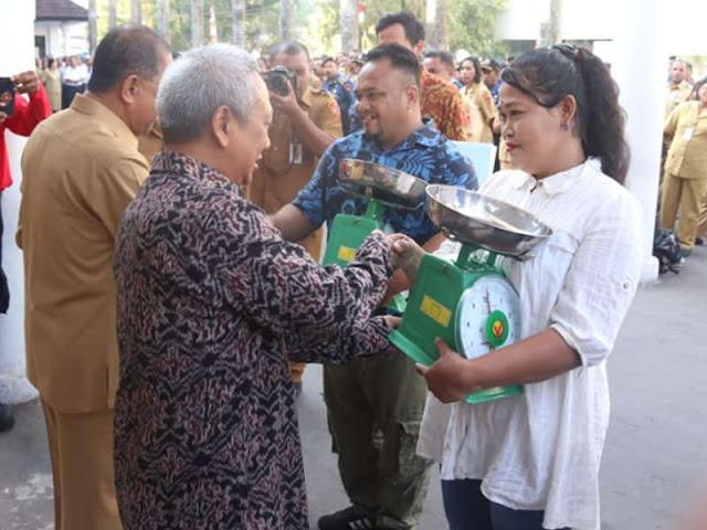 Pemkot Ambon dan Bank Indonesia Bantu Alat Timbang ke Pedagang