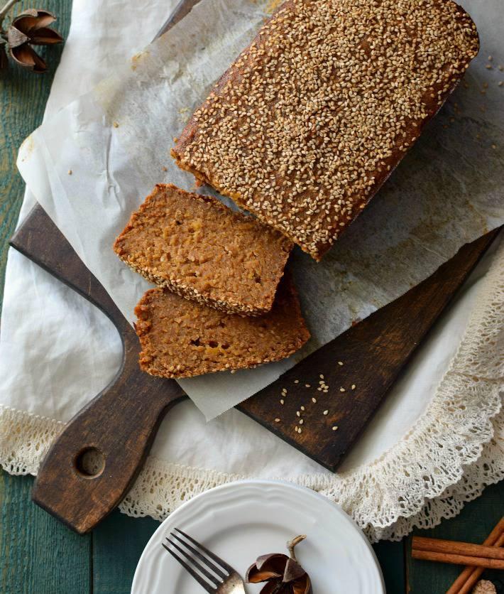 La torta bejarana es una especie de torta de plátano y su decoración característica es semillas de ajonjolí