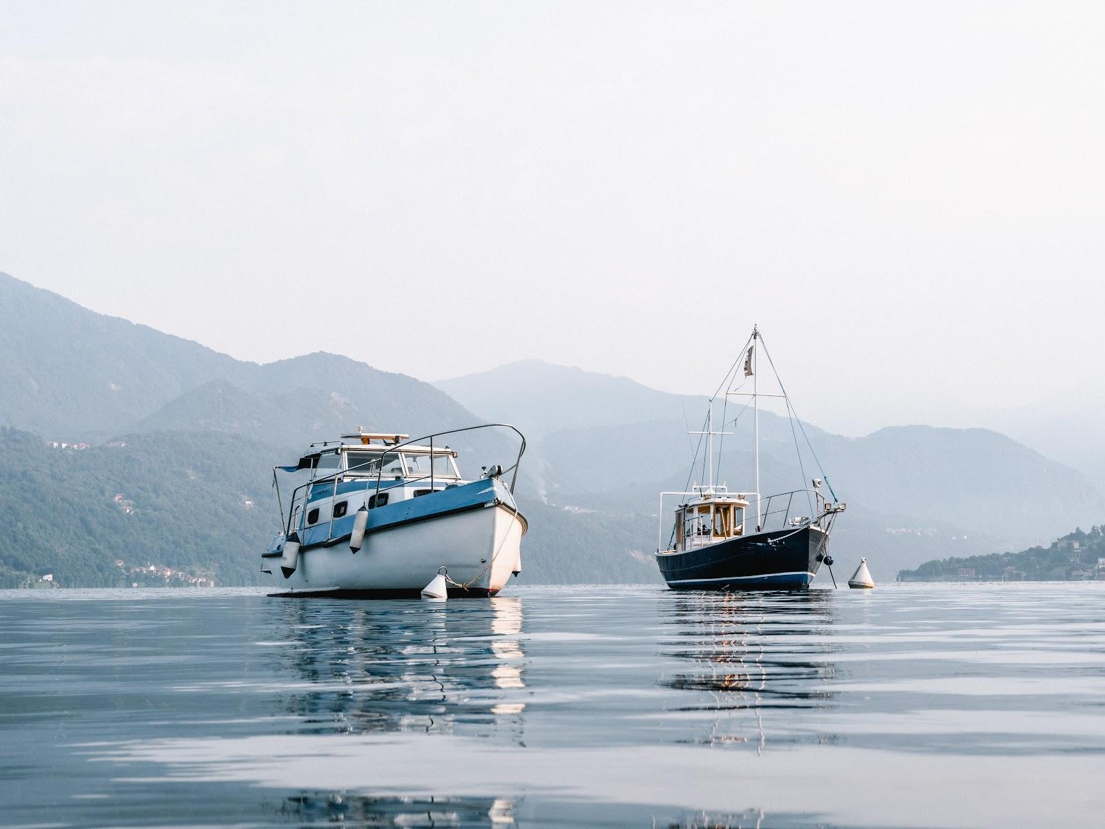 湾に浮かんだ二隻の漁船