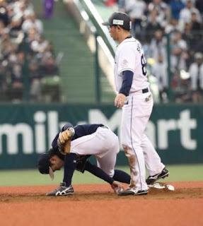 <西・オ>4回2死満塁、山川の遊ゴロで中島からの送球を捕逸する二塁手・西野