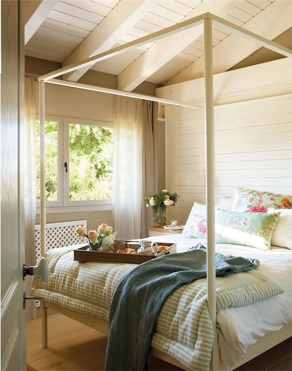 dormitorio abuhardillado con cama dosel chic and deco