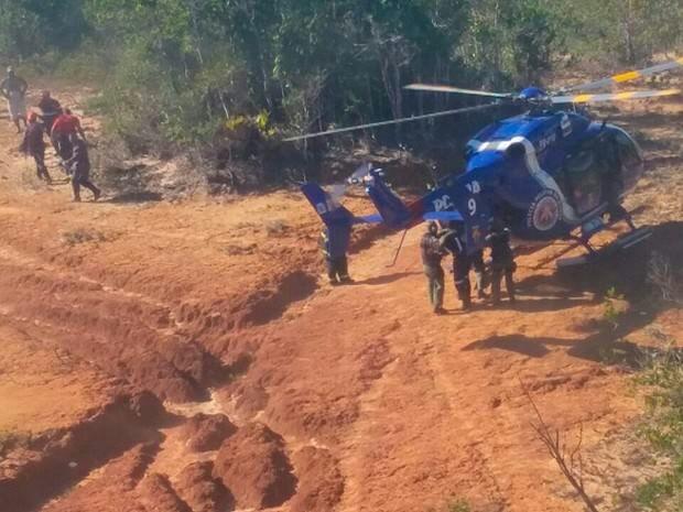 Helicóptero do Graer participa de cerco aos criminosos (Foto: Leitor via WhasApp)