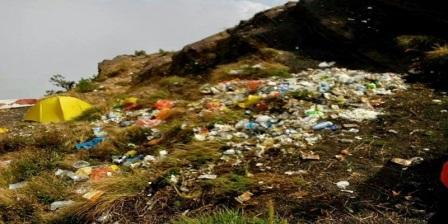 Mencemari Lingkungan Dengan Meninggalkan Sampah di Tempat Pendakian