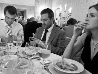 orang-orang sibuk dengan smartphone mereka