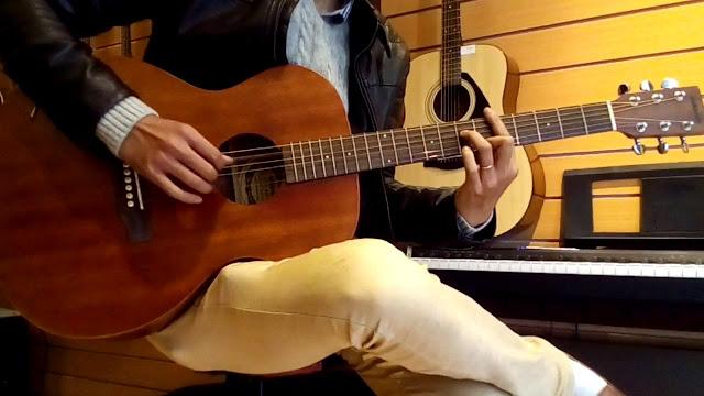 Guitar acoustic dáng jumbo