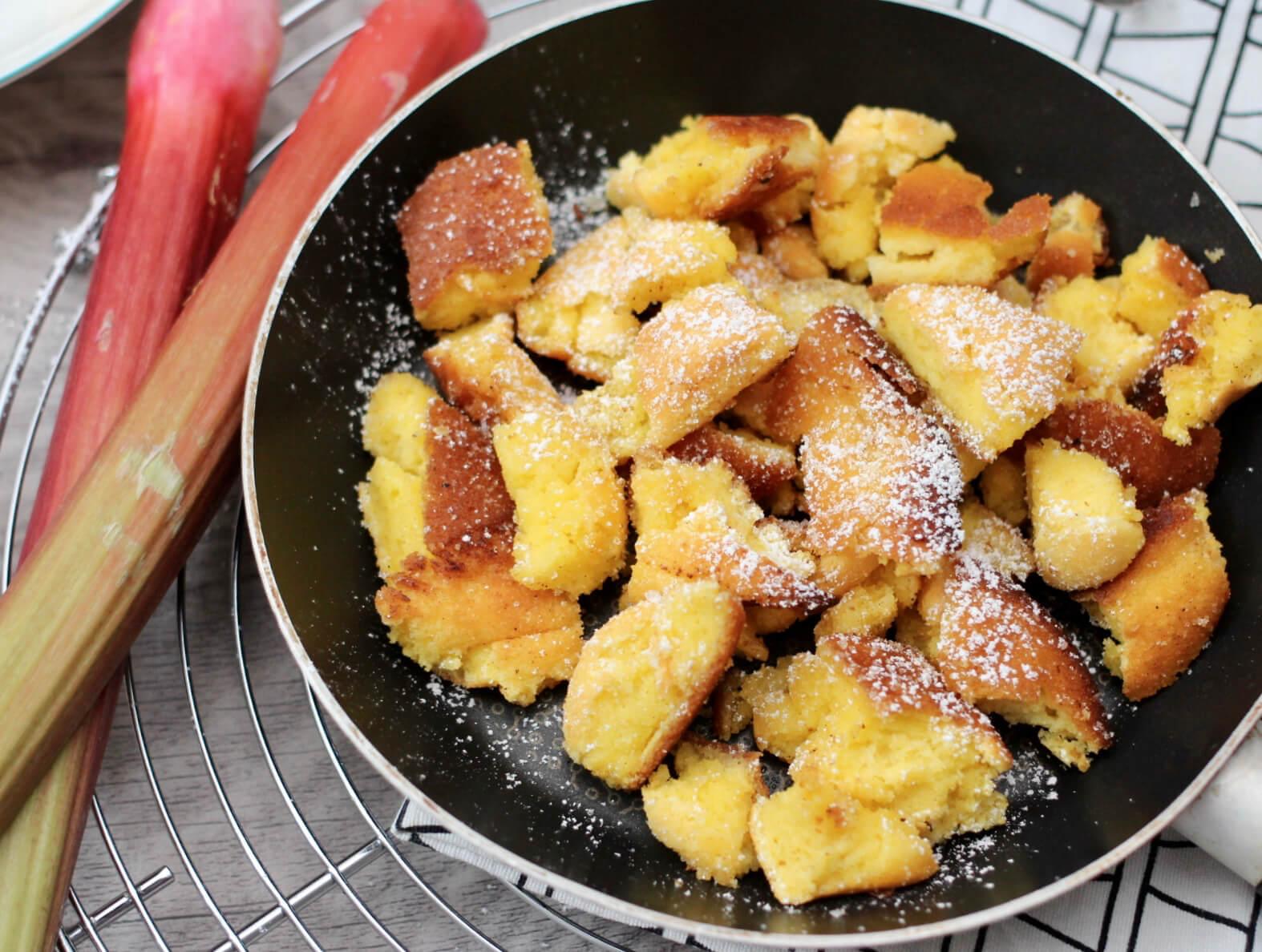 Rezept für Erdbeer-Rhabarber Kompott mit Kaiserschmarrn