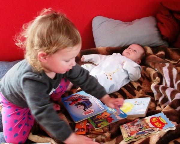 dzieci czytają, rodzeństwo