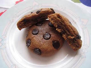 Cookies au beurre de cacahuètes et pépites de chocolat dont un ouvert en deux sur une assiette, Dakatine
