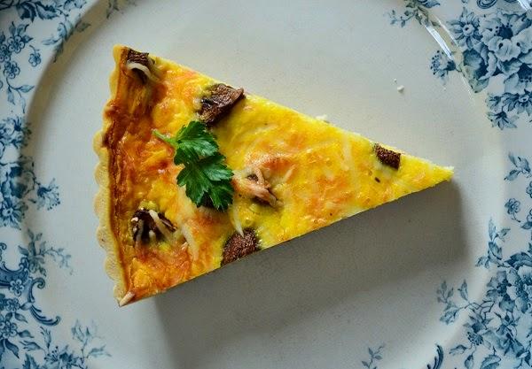 Quiche met champignons, spekjes, tijm en emmentaler
