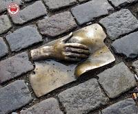 Amsterdam, escultura frente a Oude Kerk