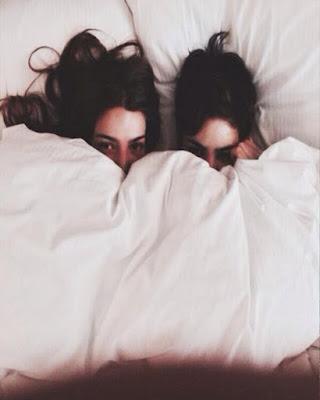 pose en la cama amigas