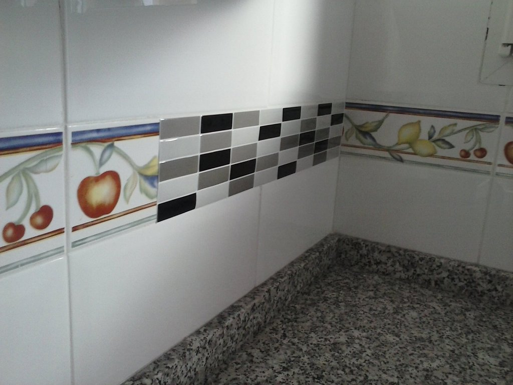 Hogar diez 10 trucos para renovar tu cocina sin hacer obras - Cenefas de vinilo para banos ...