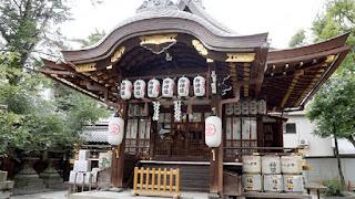 Miles de personas se acercan al templo shinto de Yasui Konpiragu para dejar sus plegarias, cortar los vínculos pocos sanos y volver a empezar desde cero.