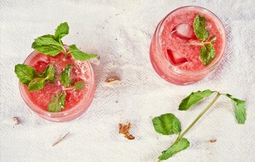 vasos con limonada de sandia y hojas de menta