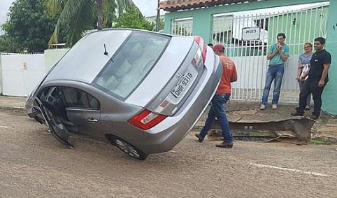 Motorista perde o controle e quase capota veículo ao bater em carro parado na manhã de hoje