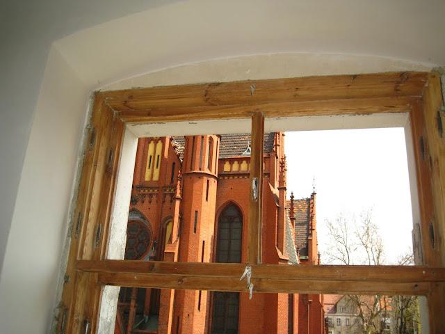 okno skrzynkowe w starej kamienicy po usunięciu farby olejnej