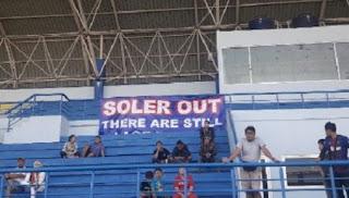 Spanduk Soler Out Muncul Saat Latihan