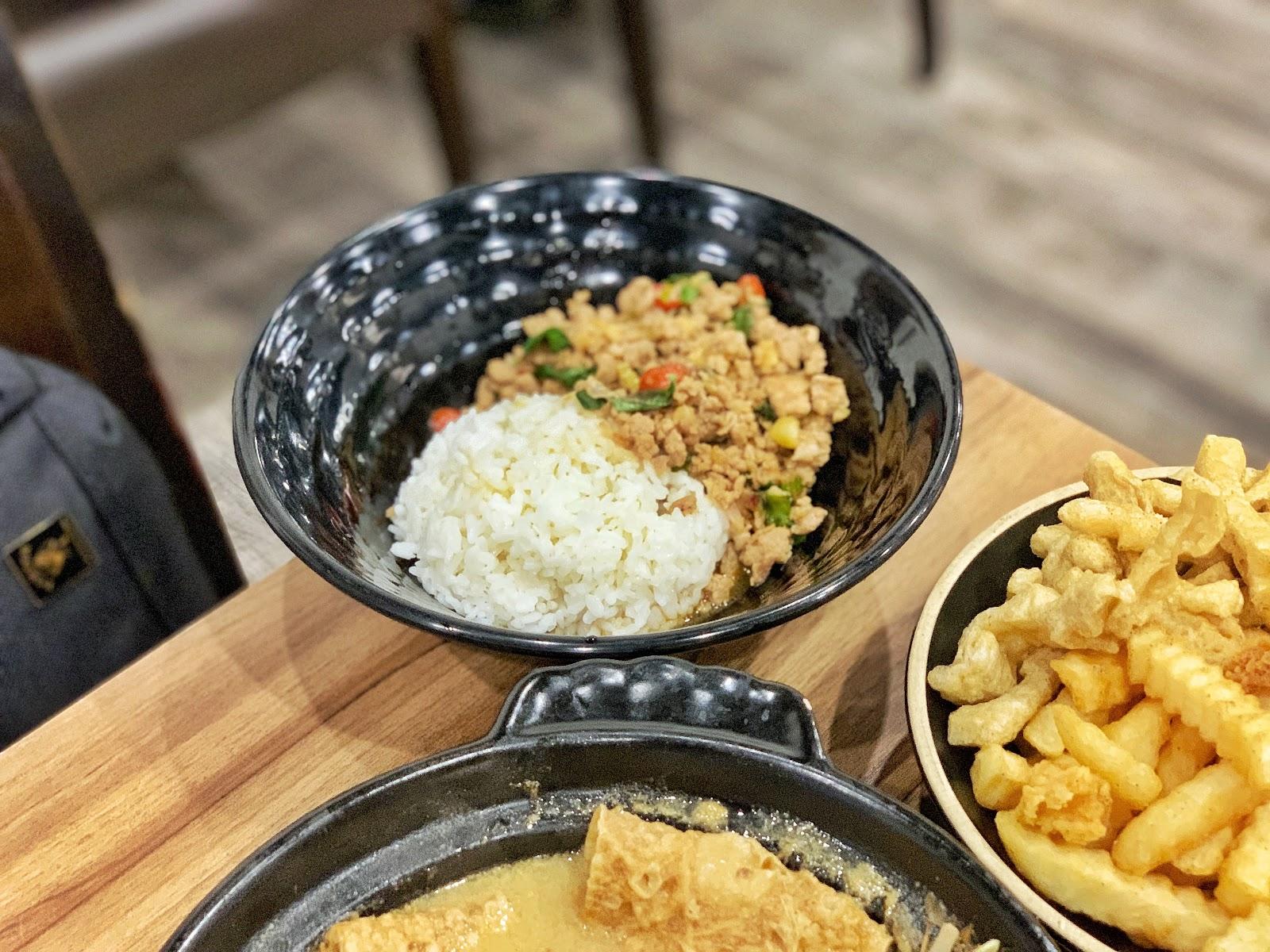 台南東區美食【寶貝老闆新加坡叻沙麵 東寧店】泰式打拋豬