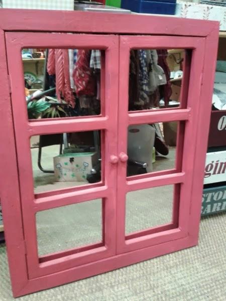 Ventana-espejo rosa con cuarterones. Medidas 54x67 cm