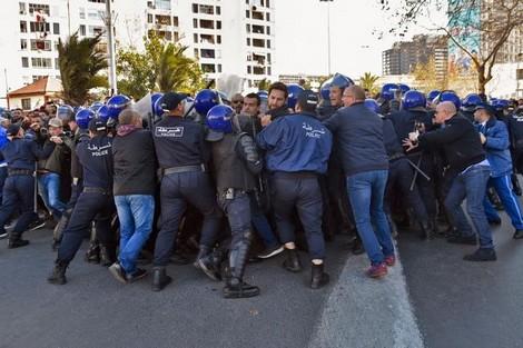 الشرطة الجزائرية تفشل في منع تجمّع المتظاهرين