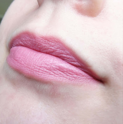 Too Faced Melted Lipstick - Melted Peony - aufgetragen auf Lippen - MissNemou