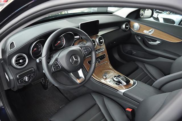 Nội thất Mercedes C250 Exclusive 2018 được thiết kế theo phong cách sang trọng, lịch lãm, hướng đến những khách hàng trung niên