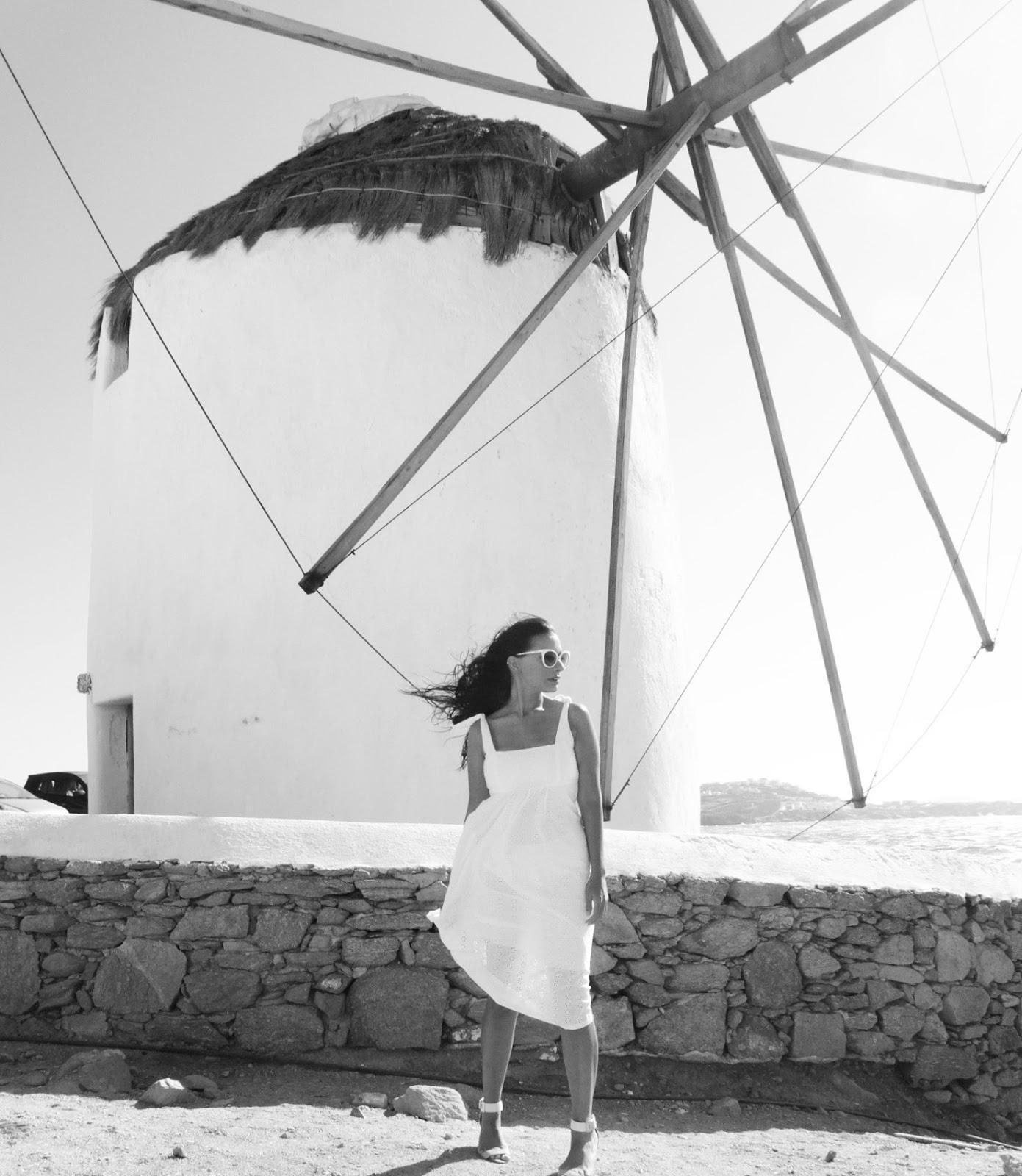 טיול למיקונוס בשמלה לבנה
