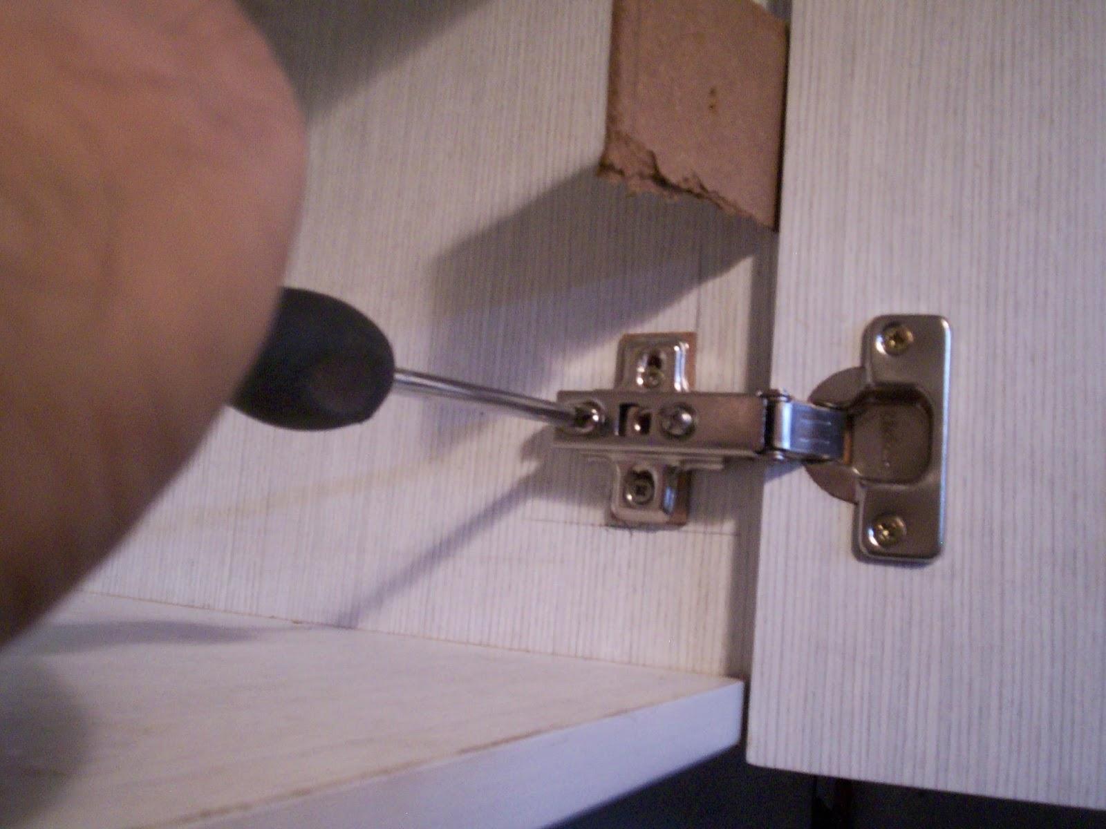 Carpintero en casa como colocar bisagras en mueble de cocina - Ajustar puertas armario ...