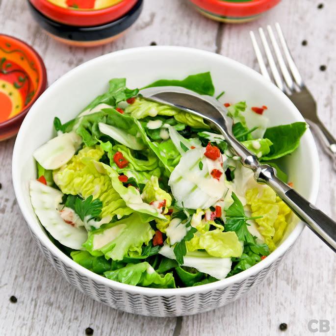 Salade met flinterdun gesneden venkel en een pittige ketjapdressing