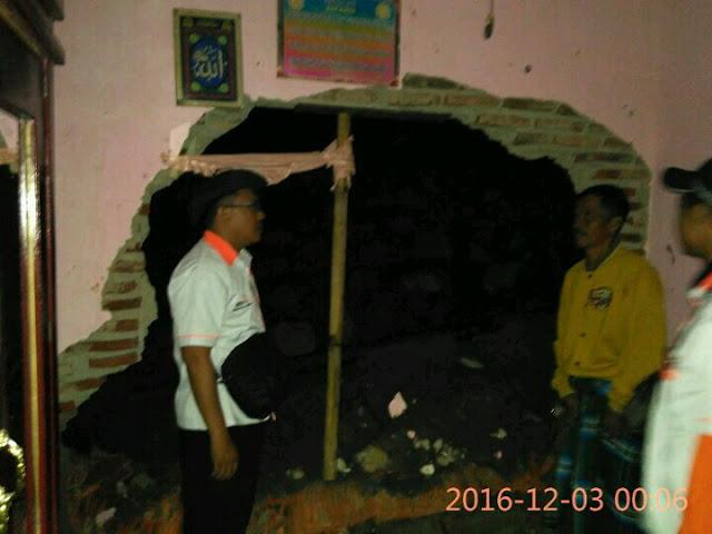 Sabtu dini hari Team Lazismu dan KOKAM PDPM Jember memantau langsung kondisi rumah korban tanah longsor