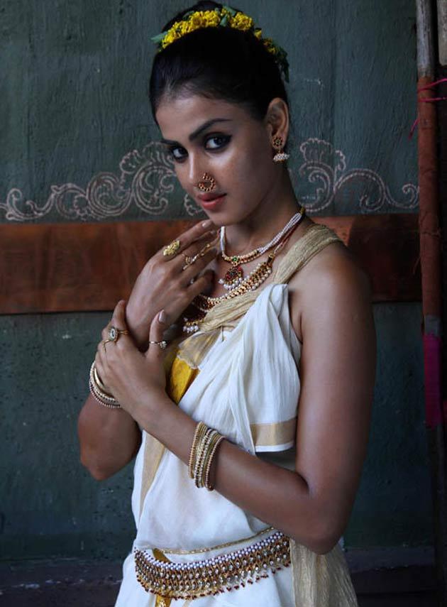 FILIM CAFE: 'Dirty' star Vidya in upcoming Tamil epic Urumi