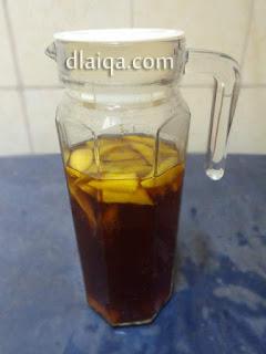 tuang air gula ke dalam botol
