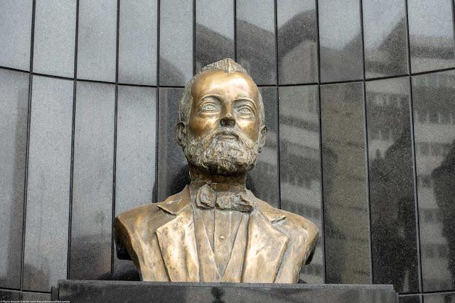 Busto do Barão do Serro Azul na Associação Comercial do Paraná