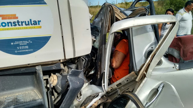 Dois homens morrem após colidir veículo de frente com caminhão na PE-218