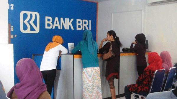 menunggu antrian di bank bri dekat teller bank