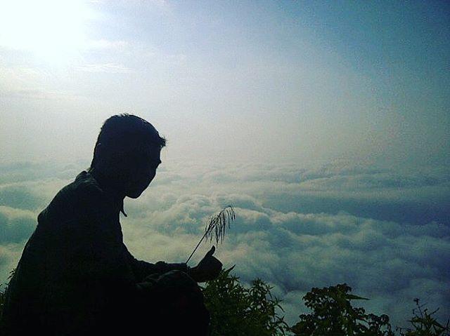foto pemandangan puncak bukit kelir