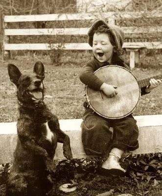 Duet petit garçon et chien qui chantent corps et âme