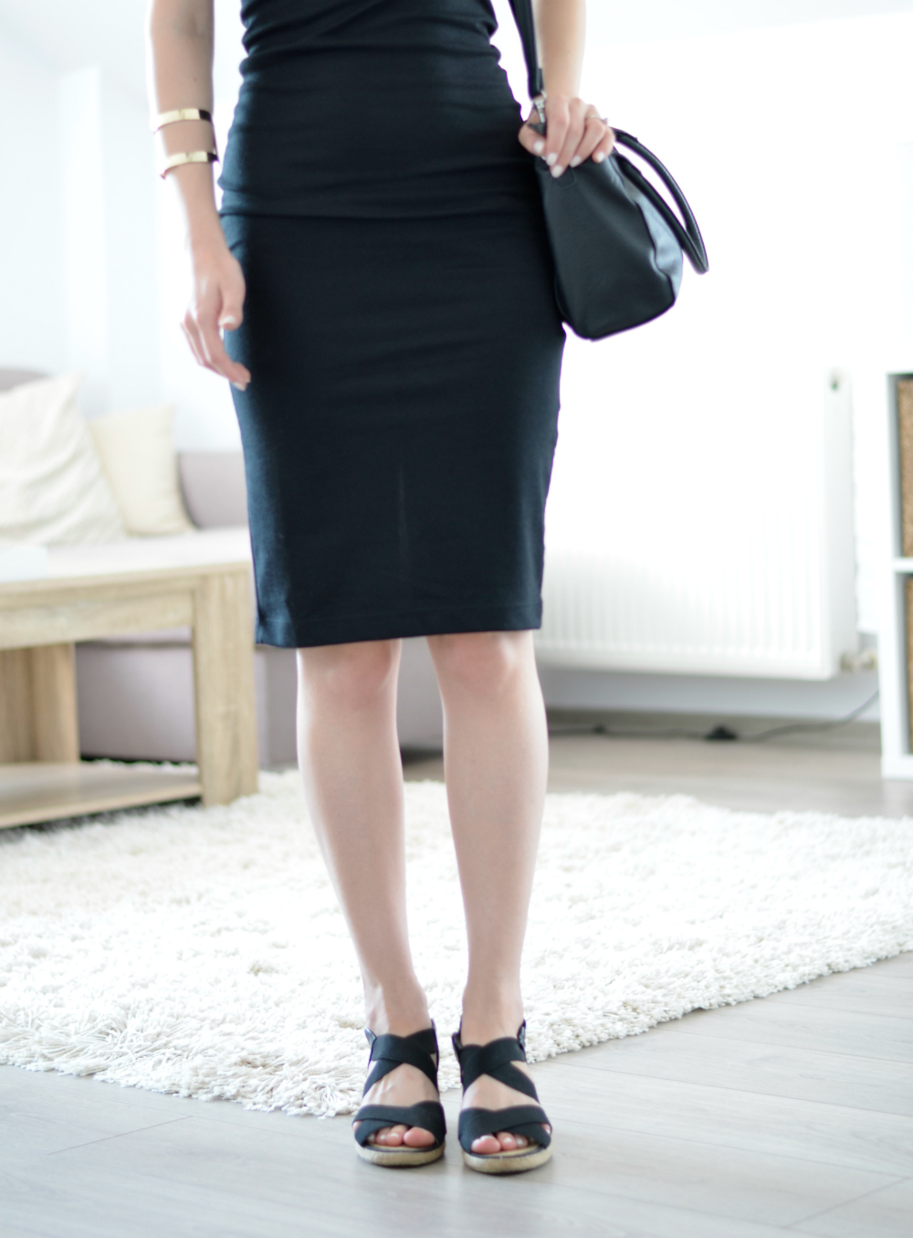 black dress and black sandals for summer outfit