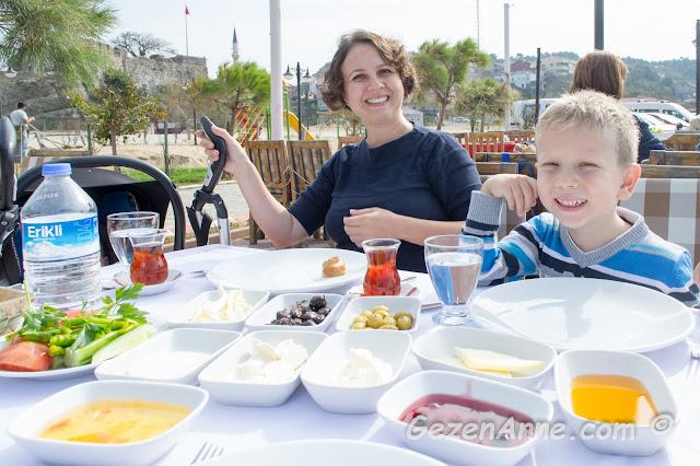 Riva'da ailecek kahvaltı yaparken