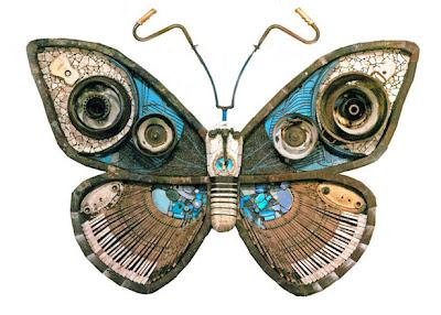 mariposa hecha con materales reciclados