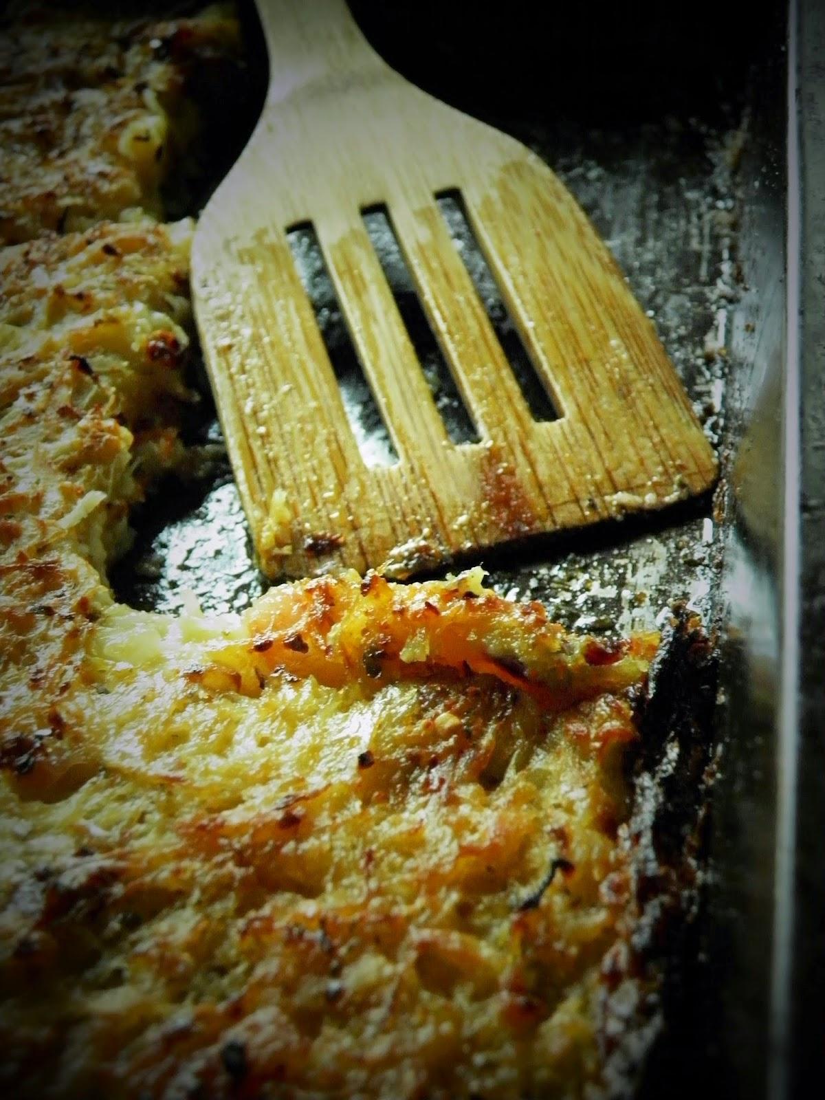 Zapiekanka z tartych ziemniaków, kapusty kiszonej i boczku