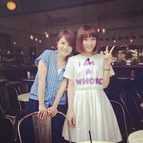 Gadis di Tokyo ini tak sadar apa arti yang tertulis di bajunya