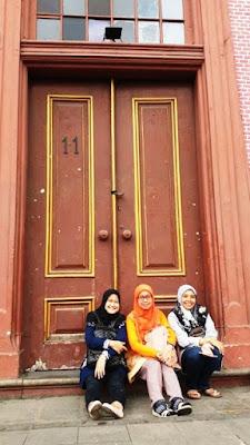para guru pendamping mtsn4 jakarta di depan pintu toko merah wisata kota tua walking tour