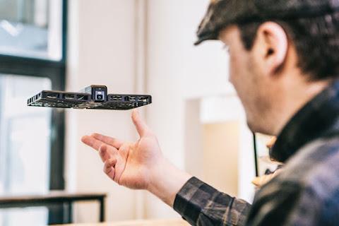 有它跟飛立刻酷翻 可「拋接懸停」的空拍機 Hover Camera|數位時代