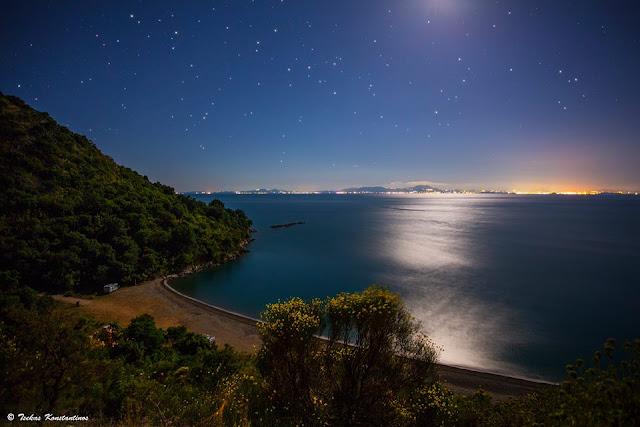 Μαγικό νυχτερινό τοπίο στην παραλία Στροβίλι στην Σαγιάδα