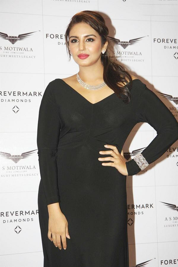 Huma Qureshi Looks Cute In Black Dress