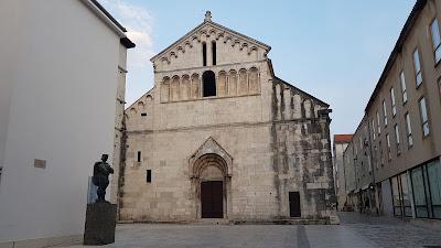 chiesa con statua