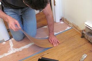 Cara pemasangan lantai vinyl yang lembaran - plank