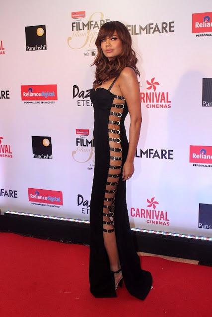 Esha Gupta Hot Stills at Filmfare Glamour And Style Awards 2017